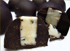 Receita de um delicioso bombom de creme coberto com chocolate ao leite. Muito fácil e prática.