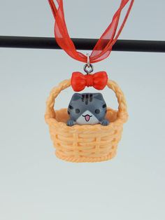 ♥ Cute cat Neko basket loop Gashapon Japan Necklace ♥ -Chain Length: 24 cm -Pendant: 3.5 cm With this beautiful necklace you always have your favorite animal with you! ♥ Inspired by the diverse and individual styles in Harajuku, I only use original characters from Japan and conjure