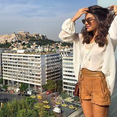 Short de camurça caramelo maravilhoso + blusa soltinha = inspiração para férias. Produção maravilhosa da Camila Coelho