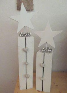 Aus einem alten 10 cm x 10 cm Balken gesägt und weiß gestrichen. Sterne wurden aus Abfallholz gesägt und mit einem Rundholz aufgeleimt. Der große Stern ist ca. 50 cm hoch. White Christmas decoration made from wood.