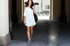 Super lässig: Leonie von allispretty.net kombiniert ihre neue Lieblingstasche von #Liebeskind Berlin zum sommerlich weißen Kleid und schwarzen Vans. Mehr zu diesem Outfit: http://www.allispretty.net/white-dress-and-vans-authentic/