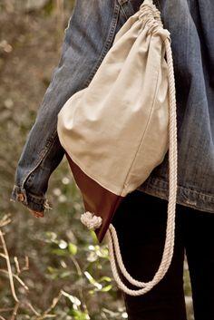 Valise. Colección Otoño Invierno. www.valisebags.com. Crema & marrón. 66$. Picnic de invierno en el bosque.  #valisebags #valisebarcelona #bags #fashion #bagpack