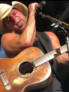 Kenny Chesney Tour, Kenny Chesney Concert, Best Country Singers, Country Music Artists, Love My Husband, Future Husband, Kenney Chesney, No Shoes Nation, Good Music