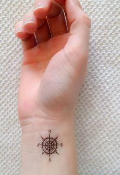 Tatouage poignet boussole - Tatouage : 40 jolies idées pour nos poignets - Elle