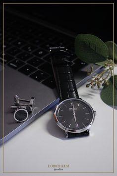 Schlicht und stylisch - Diese Herren Armbanduhr von Hugo Boss ist der perfekte Alltags-Allrounder. Die schlichte, jedoch stylische Kombination aus schwarzem Zifferblatt und Lederband ist was diese Uhr so besonders macht: Elegant genug für das Business Meeting, schlicht genug für den Alltag.