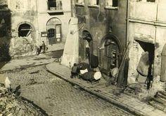 Ulica Piwna przy Wąskim Dunaju. W tle widać zrujnowana, XVII wieczna kamienice pod Salwatorem. 1945r. Krakow, Warsaw, Planet Earth, Poland, Planets, Thesis, Historia