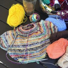 Det er stærkt vanedannende det #restestrik. Tror bare at jeg bliver siddende og strikker ➰😊 #restetrøjen #laerkebagger #farmorstrik #knitting #knittersofinstagram #strik #strikkedilla #nevernotknitting #magicknot #brughvadduhar Sewing Kit, Handmade Art, Color Mixing, Needlework, Knitwear, Knitting Patterns, Knit Crochet, Wool, Sweaters