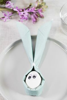 DIY easter bunny napkin decorations for the table. Fold napkins for easter by Søstrene Grene