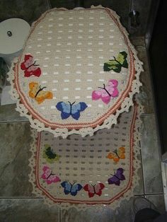 jogo de banheiro toilet lid cover and rug. with butterflies Crochet Decoration, Crochet Home Decor, Crochet Crafts, Crochet Doilies, Yarn Crafts, Crochet Projects, Free Crochet, Knit Crochet, Knitting Patterns
