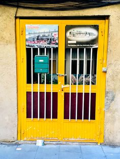 Yellow door in La Gracia