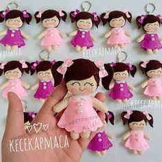 Chaveiro de Boneca em Feltro com Molde | Eu Amo Artesanato | Bloglovin' Felt Diy, Felt Crafts, Felt Dolls, Baby Dolls, Felt Keychain, Sewing Toys, Polymer Clay Crafts, Craft Activities For Kids, Cute Dolls