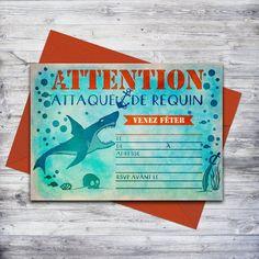 Invitation de requin! Parfait pour une fête à la plage ou à la piscine. Vous n'avez qu'à télécharger, imprimer, et écrire vos détails. #requin #invitation #sharkparty