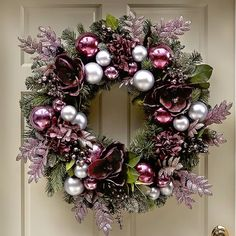 Decorando para o Natal - Holiday wreaths christmas,Holiday crafts for kids to make,Holiday cookies christmas, Christmas Ornament Wreath, Christmas Door Wreaths, Noel Christmas, Holiday Wreaths, Christmas Crafts, Outdoor Christmas Garland, Christmas Onesie, London Christmas, Christmas Swags