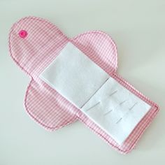 "Hace mucho que no hacía un tutorial de ""costura práctica doméstica"" , que es como me gusta llamar a mi a este tipo de proyectos. Este libro... Needle Book, Needle And Thread, Knitting Projects, Sewing Projects, 5 Sense Gift, Felt Embroidery, Couture Sewing, Tissue Box Covers, Sewing For Kids"