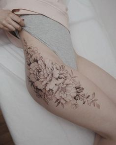 Lower Back Tattoos 69216 Hip Tattoos Women Flower , Hip Tattoos Women Flower Hip Tattoos, Floral Thigh Tattoos, Feminine Tattoos, Tattoo Calf, Tattoo Side, Side Back Tattoos, Pretty Tattoos, Beautiful Tattoos, Cool Tattoos