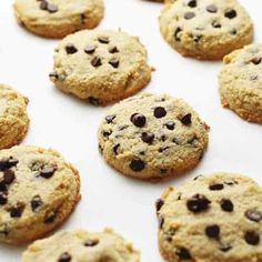 Sugar-Free Keto Chocolate Chip Cookies Recipe - These healthy homemade low carb cookies are the perfect treat for an afternoon snack or dessert. These delicious cookies are chewy, crispy and buttery. Made with almond flour and all the right ingredients. Healthy Chocolate Chip Cookies, Keto Chocolate Chips, Chocolate Chip Muffins, Chocolate Bowls, Almond Chocolate, Cake Chocolate, Cookie Recipes, Keto Recipes, Dessert Recipes