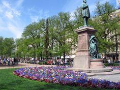 Runebergin patsasta patsasta ympäröivä kukkaryhmä koristellaan Vapun jällkeen  kaupunginpuutarhassa esikasvatetuilla sipulikukilla [Satu Tegel