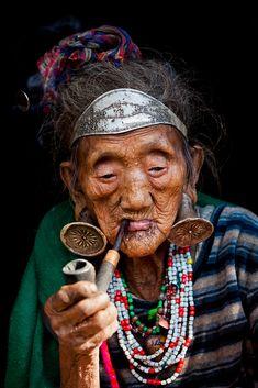Femme Mishmi Digaru de la province d'Arunachal Pradesh, village de Loiliang, Inde. Détails de ses bijoux d'oreilles. Elle est géniale...