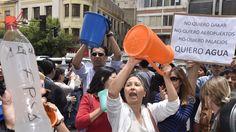 Bolivianos se manifiestan contra la escasez del agua que afecta severamente al país sudamericano. La Paz, capital de Bolivia, 18 de noviembre de 2016-- Bolivia declara 'emergencia nacional' por la sequía que afecta a varios departamentos del país y conforma equipos de trabajo para hacer frente a la crisis del agua.