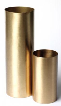 Slanke vaser i mattpolert messing. Liten h 16 cm. Stor h 30 cm.