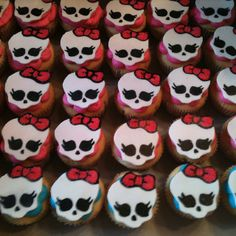 I can use the Monster High skull as a girly pirate skull topper for K's pink pirate party! Monster High Cupcakes, Monster High Birthday, Monster High Party, Pirate Skull, Pirate Party, Savannah, Monsters, Favors, Birthdays