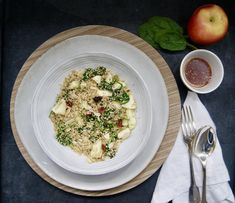 Salade de quinoa aux pommes et épinards Pasta Salad, Risotto, Vegan, Ethnic Recipes, Food, Sunflower Seeds, Apples, Seasonal Recipe, Almond