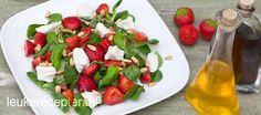 Heerlijke frisse salade met geitenkaas, basilicum en aardbeien gemarineerd in balsamicoazijn