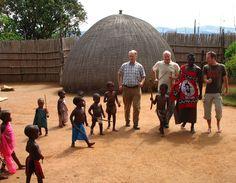 """De lokale bevolking is nieuwsgierig naar die """"vreemde blanke mensen"""". Tijdens je gehele Zuid-Afrika reis zul je locals tegenkomen die je interessant vinden, in de townships  maar ook  bij de lokale stammen. Laat je meeslepen voor die gekke Afrikaanse dans of probeer dat zelf gebrouwen drankje..."""