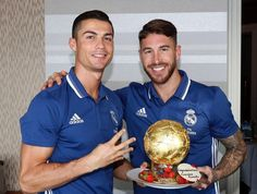 Sergio Ramos has presented a Ballon d'Or shaped cake to Cristiano Ronaldo after he won the award for the fourth time World Best Football Player, Real Madrid Football Club, Best Football Team, Soccer World, World Football, Football Players, Ronaldo Real, Cristano Ronaldo, Ballon D'or