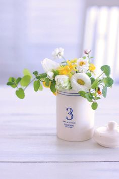 「庭摘みの花」でアレンジ Flowers For Mom, Home Flowers, Happy Flowers, Table Flowers, Green Flowers, Small Flowers, Amazing Flowers, My Flower, Flower Vases