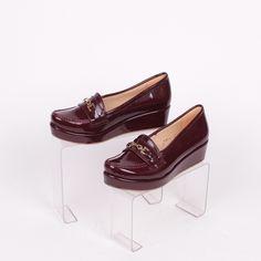 ee65db8ce19 Дамски обувки тип мокасини изработени от лак с платформа в цвят бордо.  Обувките са много