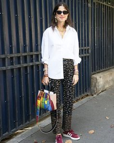 Celebrities y fashionistas como @manrepeller nos muestran cómo llevar un básico como la camisa blanca de acuerdo a los códigos del entretiempo eso sí con un plus: elevarlo a un estilo actual y contemporáneo. Los mejores looks de inspiración con camisa blanca en ELLE.es (link en bio ) #leandramedine #camisablanca #ootd #lookoftheday #sunday #domingo via ELLE SPAIN MAGAZINE official Instagram - #Beauty and #Fashion Inspiration - Beautiful #Dresses and #Shoes - Celebrities and Pop Culture…