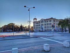 Everyone stay safe! City Photography, Mobile Photography, Greece Thessaloniki, Stay Safe, Sunny Days, Empty, Street View, Mansions, House Styles