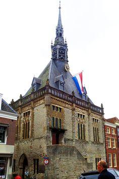 Het oorspronkelijk in gotische stijl opgetrokken stadhuis is in 1452 gebouwd door de kasteelbewaarder Gerrit van Poelgeest. Nadien is het nog diverse keren verbouwd en uitgebreid. De robuust ogende gevel is bekleed met witte Gobertrangesteen. In de open koepeltoren van het stadhuis speelt het carillon met 50 klokken ieder kwartier een vrolijk deuntje. In 1775 heeft Andreas van den Gheyn, afkomstig uit een beroemd geslacht van klokkengieters uit Leuven, 37 van deze klokken gegoten.