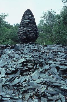 Andy Goldsworthy sculpture from natural materials - No mortar, just a lot of patience and perseverance Outdoor Sculpture, Outdoor Art, Sculpture Art, Metal Sculptures, Abstract Sculpture, Bronze Sculpture, Art Et Nature, Nature Artists, Land Art