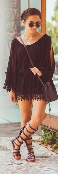Vestido negro para verano con sandalias de gladiador