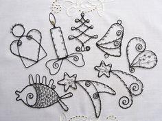 Vánoční ozdoby černobílé Vánoční ozdůbky z černého žíhaného drátu, bílých voskovaných perliček a bílého rokajlu. Můžete je zavěsit na stromek, do okna, pod lustr,nebo je použít k dozdobení vánočních dárků a dekorací. Na přání přiložím háčky na zavěšení. Velikost ozdob je od 8cm do 11cm (měřen největší rozměr). Cena je za 1ks. V objednávce prosím ...