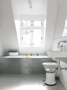 Adosado de diseño con encanto , gresite en la bañera