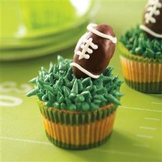 Looking for Super Bowl party desserts? Get easy to make Super Bowl party dessert recipes. Taste of Home has desserts for Super Bowl party parties including pies, cakes, and more Super Bowl party desserts. Tailgate Desserts, Tailgating Recipes, Super Bowl Party, Football Cupcakes, Football Food, Football Treats, Patriots Football, Dessert Party, Party Desserts
