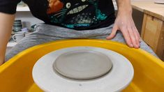 Latest Totally Free Ceramics pottery videos Popular Using several colours of slip to create a multicoloured Nautilus plate Pottery Plates, Slab Pottery, Glazes For Pottery, Ceramic Pottery, Pottery Vase, Nautilus, Ceramic Techniques, Pottery Techniques, Glazing Techniques