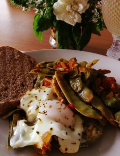 ervilhas tortas e vegetais com ovos escalfados
