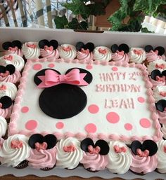 pinner said Minnie Mouse Cake! After not wanting to spend a fortune on a minnie mouse cake, this is what we did. Cake/cupcakes, large bow and icing by SAM's Club, fondant ears and bow decorations by Me! Turned out adorable! Minni Mouse Cake, Bolo Da Minnie Mouse, Minnie Mouse 1st Birthday, Minnie Cake, Minnie Mouse Theme, Minnie Mouse Baby Shower, Minnie Mouse Birthday Decorations, Minnie Mouse Cookies, Mickey Cakes