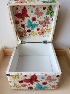 Decoupage Wood, Decoupage Vintage, Wedding Memory Box, Wallpaper Nature Flowers, Altered Cigar Boxes, Creative Connections, Diy Artwork, Painted Boxes, Wood Creations