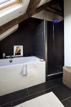 Aménagez une salle-de-bains moderne dans la pièce sous le toit ...