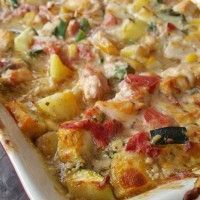 A delicious creamy dish with pesto, vegetables, chicken and earth . - A delicious creamy dish with pesto, vegetables, chicken and potatoes. Dice the potatoes. Cut the zucchini into cubes. Cut the onion and the kno Burger Recipes, Diet Recipes, Cooking Recipes, Healthy Recipes, Amazing Burger, Chicken Recepies, Oven Dishes, Foods To Eat, Frittata