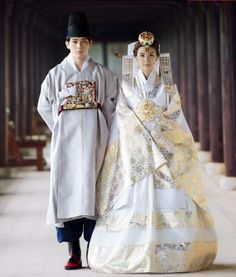 한복 Hanbok : Korean traditional clothes[dress] We typically don't wear white to weddings (white at funerals), no white flowers (mourning death) either. Korean Traditional Dress, Traditional Fashion, Traditional Dresses, Traditional Wedding, Oriental Fashion, Ethnic Fashion, Asian Fashion, Korean Dress, Korean Outfits