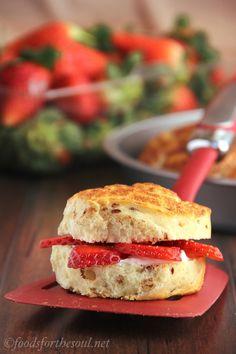 Cinnamon Roll Breakfast Sliders -- just 3 ingredients in these low-calorie breakfast treats!