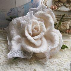 """Купить Авторская брошь """"Белая роза"""" - белый, валяная брошь, белая брошь, белая брошка"""