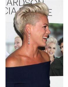 Krótkie fryzury z wygolonymi bokami i irokezem lub wycieniowaną grzywką raczej nie kojarzą się z kobiecym stylem, ale te fryzury udowadniają, że to również mogą być pełne uroku cięcia!