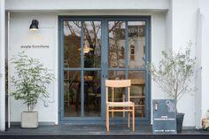 素朴でナチュラルな外観のsvale furniture(スヴェイルファニチャー)は、オリジナルの無垢材テーブル、ベンチなど木のインテリア・雑貨を取り扱っているお店です。